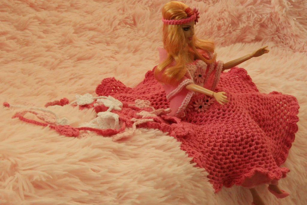 Gratis haakpatroon feestjurk voor Barbie op De vrolijke roze vlinder