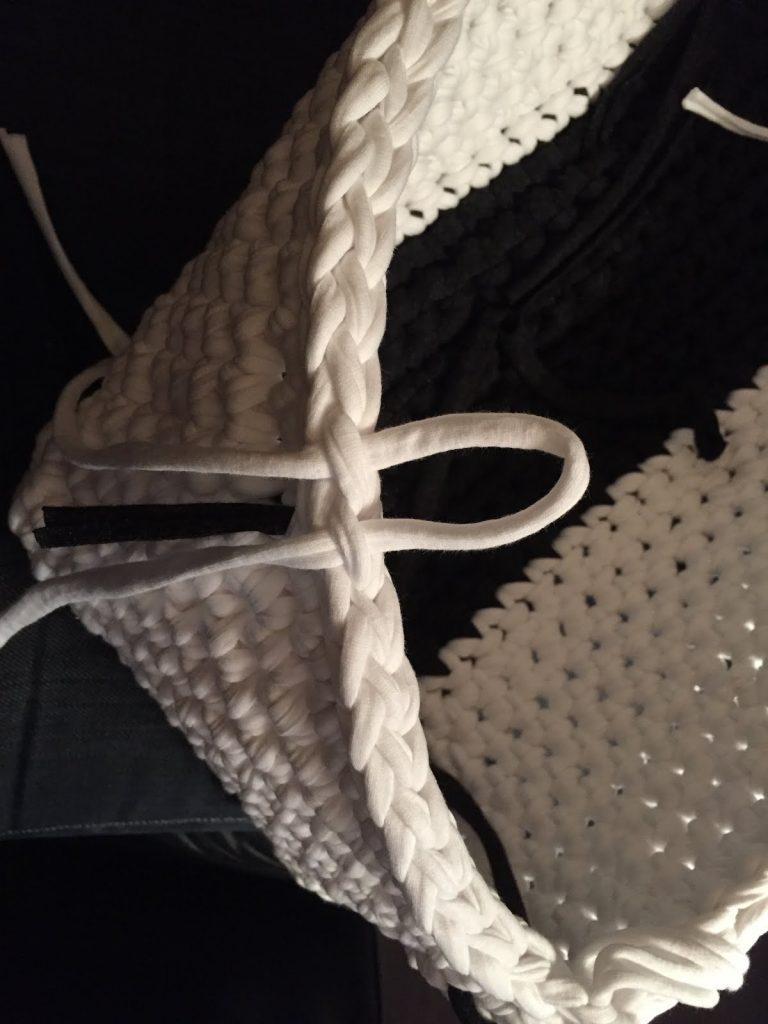 Tutorial met foto's van gratis haakpatroon mand uit textielgaren
