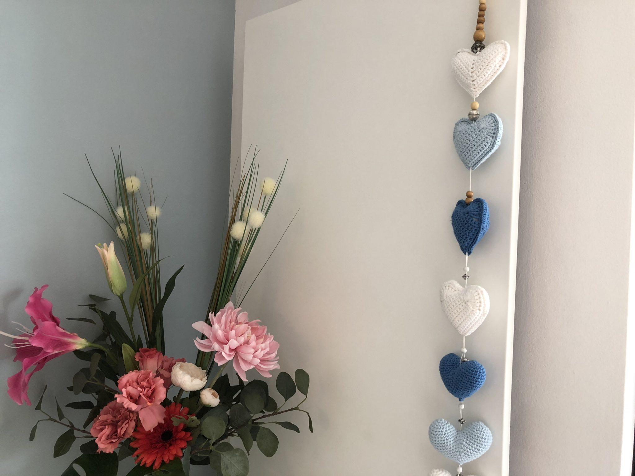 Decoratieve slinger van gehaakte hartjes; gratis haakpatroon op De vrolijke roze vlinder