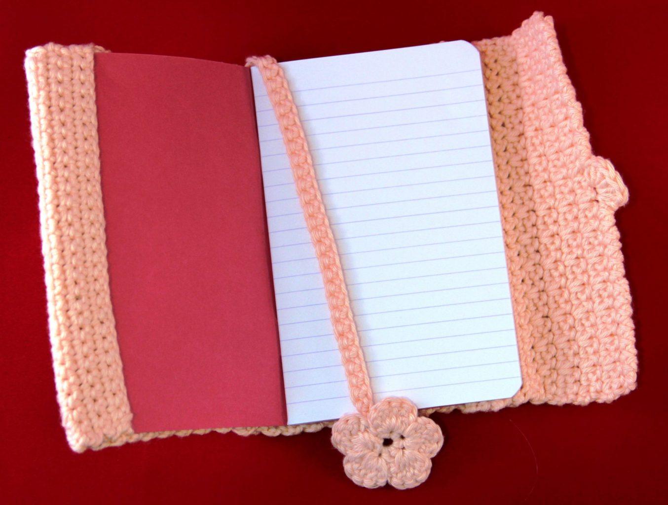 Gratis haakpatroon voor een boekenlegger | De vrolijke roze vlinder