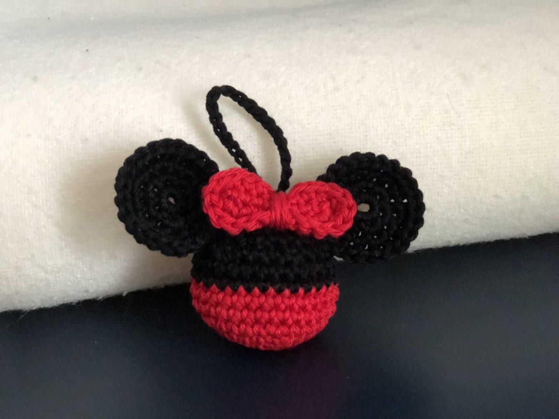 Versiering voor in de kerstboom: gehaakte Minnie Mouse