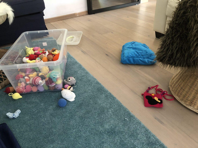 Blog over gehaakte kerstversieringen: kleinkindje Lieve speelt kerstfeestje